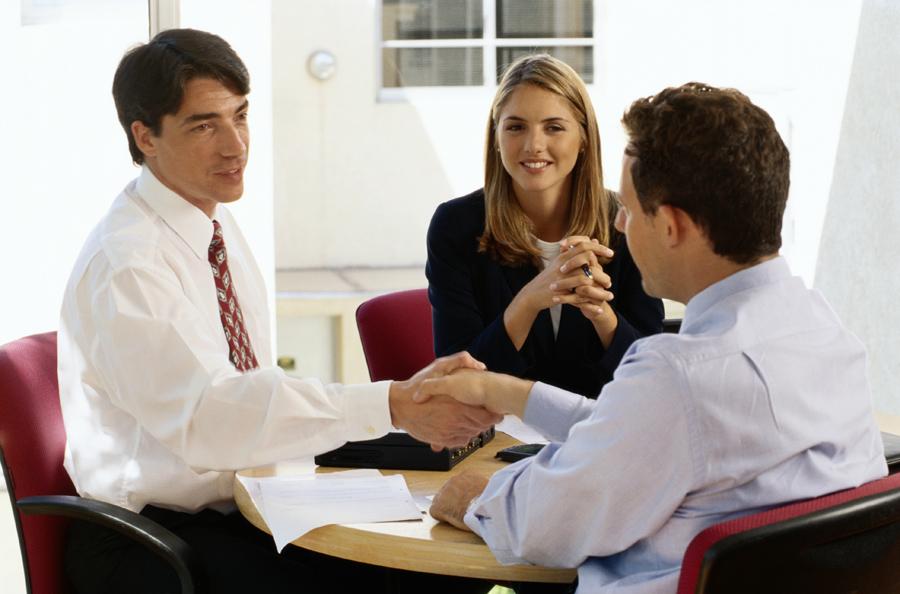 ¿Qué pasa si un trabajador en el CAS continúa laborando al año siguiente pese al vencimiento de su contrato?